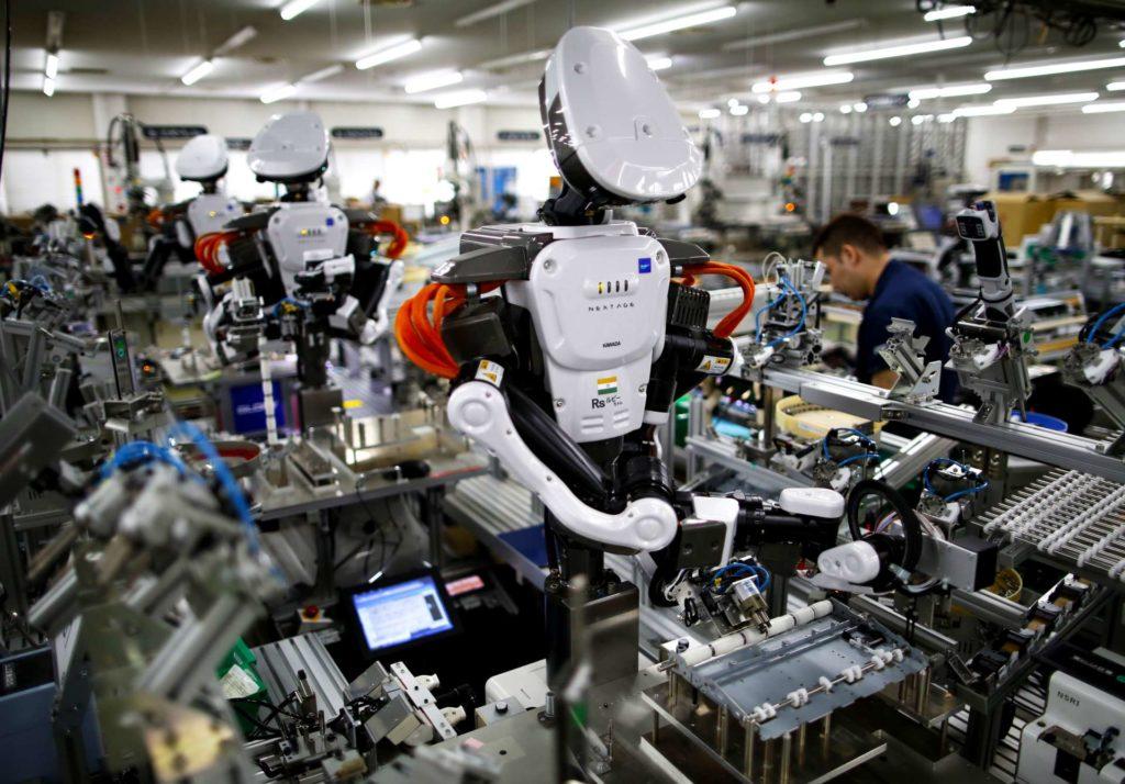 Operarios trabajan junto a robots en una fábrica japonesa. Issei Kato / Reuters